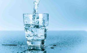 Bere acqua per eliminare la disidratazione