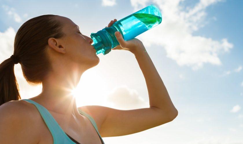 Dormi poco e vuoi dimagrire? Bevi più acqua!